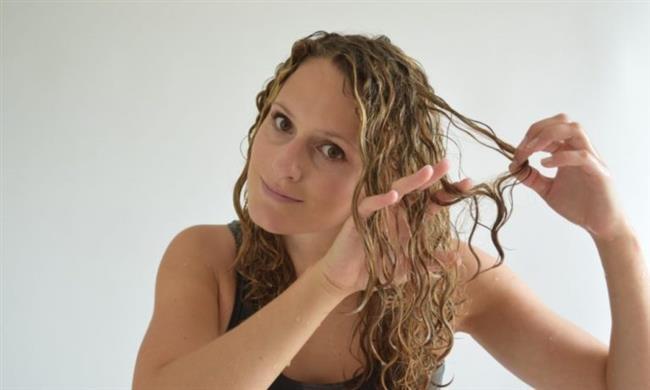 Saçlarınızı Tarayın   Karışık ve birbirine dolanmış saçlarınızı yıkamadan önce çözün. Saçlar ıslandığında çözülmesi zorlaşır, zarar görmesi ise çok daha kolay hale gelir.