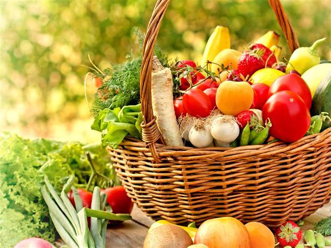 """Günde 5 porsiyon sebze ve meyve şart  Yüksek kalorili ve yağdan zengin beslenme meme kanseri riskini artırıyor. Bu nedenle beslenmenizde yağ içeriği yüzde 20-25 oranında olmalı. Aynı zamanda haftada 5 kez ve daha fazla kırmızı et (sosis, salam vb. ürünler dahil) tüketmek riski artırabiliyor. Beyaz un, beyaz şeker ve fastfood gıdalar da yüksek kalori içerikleri nedeniyle risk oluşturabiliyor. Buna karşın sebze ve meyveden zengin diyetin içerdiği antioksidan ve antikansinojenler sayesinde meme kanserine yakalanma riskini azalttığına dikkat çeken Tıbbi Onkoloji Uzmanı Prof. Dr. Ali Arıcan, """"Bu nedenle günde 5 porsiyon sebze ve meyve tüketmeniz meme kanserinden korunmanızda önem taşıyor. Özellikle antikanserojen besinler arasında yer alan enginar, brokoli, semizotu, ananas, böğürtlen, çilek ve çekirdekli üzümü sık sık tüketmeyi ihmal etmeyin"""" diyor."""