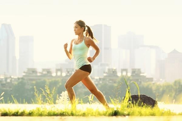 """Haftada 3-4 saat tempolu yürüyüş yapın  Düzenli yapılan spor ve egzersiz kilo dengesini sağladığı gibi, yüksek östrojen düzeyini de kontrol edebiliyor. Çalışmalar haftada 4 gün yapılan spor ve egzersizin meme kanserine yakalanma riskini azaltabildiğini gösteriyor. Meme kanserinden korunmak için haftada 3-4 saatlik tempolu yürüyüşü ihmal etmeyin. Menopoz sonrasında ise spor daha da önem taşıyor. Çünkü yavaşlayan metabolizma ile düşük fiziksel aktivite; kilo alımına ve yüksek östrojen düzeyine neden olarak meme kanseri riskini artırıyor.  <a href=  http://mahmure.hurriyet.com.tr/foto/saglik/meme-kanserine-dur-diyen-3-kural_41109 style=""""color:red; font:bold 11pt arial; text-decoration:none;""""  target=""""_blank"""">Meme Kanserine Dur Diyen 3 Kural"""