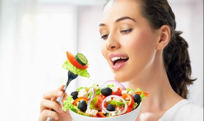 Formunuzu koruyun  Meme kanserinden korunmak için fazla kilolarınızdan kurtulmanız önemli. Menopozdaki fazla kilolu kadınların ideal kilolu kadınlara göre meme kanserine yakalanma riskleri daha fazla oluyor. Bunun nedeni ise obez kadınlardaki yüksek östrojen düzeyi. Yeterli miktarda kilo verildiğinde risk azalıyor.