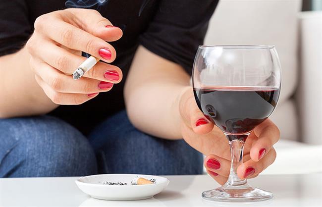 Alkol kullanmayın, sigarayı bırakın   Alkol kullanımı kanda folik asit düzeyini azaltarak ve aynı zamanda östrojen düzeyini yükselterek riski artırıyor. Yapılan bir çalışmada; günlük 3 kadeh ve daha fazla alkol tüketiminin meme kanseri riskini yüzde 40 artırdığı gösterilmiş. Sigaranın da akciğer kanseri dışında birçok kanserin gelişimine neden olduğu belirtilmiş. Çalışmalar sigara ile meme kanser gelişimi arasında ilişki olabildiğini destekliyor. Erken yaşta alkol ve sigaraya başlamak ise riski daha da artırabiliyor.
