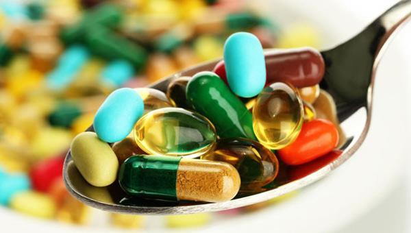 """Gereksiz vitamin ve antioksidan takviyesi almayın  """"İhtiyaç fazlası olarak dışarıdan alınan vitamin vb moleküllerin kanseri önlemediği gibi, riski artırabildiğine dair önemli kanıtlar var."""" uyarısında bulunan Tıbbi Onkoloji Uzmanı Prof. Dr. Ali Arıcan sözlerine şöyle devam diyor: """"Bu nedenle hekiminiz önermediği sürece diyetteki vitaminler dışında ek vitamin ve antioksidan almayın. Ancak D vitamini düzeyinin düşük olduğu kişilerde D vitamini takviyesi kemik sağlığını olumlu etkilediği gibi kanser riskini de azaltıyor."""""""