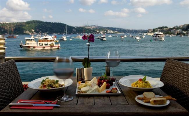 BALIK   Romantizmden beslenen, yaşadığı her dakikayı bir anı olarak biriktirmeye bayılan Balıkları etkilemek istiyorsanız yapmanız gereken şey çok basit. Onu deniz kıyısında bir restorana götürün. Şıklığıyla göz dolduran bir restoranda kendisini bulacak olan Balık burcu, menüyü dikkatle inceleyecek ve en güzel yemeği seçecektir.
