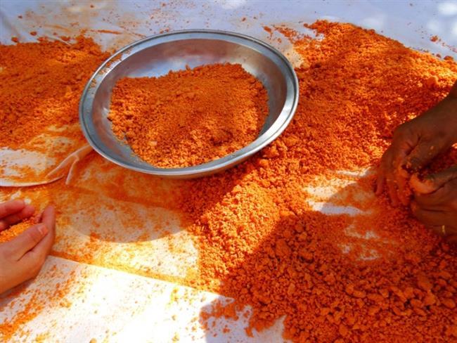 Ev Yapımı Tarhana İçin Malzemeler  1 kg domates 1 kg kırmızı biber 1 kg kuru soğan Yarım kg nohut 1 kg yoğurt 3 yemek kaşığı tuz Yarım demet maydanoz 5 kg un  Hazırlanışı:  Domates, soğan, biber, maydanoz ve taze naneyi yıkayıp, ince ince doğrayın. Üzerine 1 lt su ekleyerek iyice yumuşayıp ezilecek kıvama gelene kadar pişirin. Daha sonra haşlanmış nohutu da ekleyerek blender ile ezin. Süzgeçten geçirin, yoğurt ve tuzu ilave edip karıştırın. Elenmiş un ile katı bir hamur yapın, cam veya çelik bir kaba koyup üzerini kapatın ve 6-7 gün bekletin. Her gün sabah, öğlen, akşam hamuru karıştırın. Çok sulanırsa un ilave edebilirsiniz. Süre dolunca bir örtü üzerine küçük parçalar halinde dökün.
