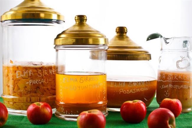 Evde Elma Sirkesi İçin Malzemeler  2 adet elmanın kabuğu 750 ml  temiz içme suyu Bir çay kaşığı şeker Bir çay kaşığı tuz 1 lt'lik cam kavanoz  Hazırlanışı:  Elmaların kabukları biraz kalınca soyulur ve kavanozun içine bırakılır. Daha sonra su, şeker ve tuz eklenerek kavanozun ağzı kapatılır. Bir süre şeker ve tuz eriyinceye kadar çalkalanır. 10 gün ışık almayan karanlık bir yerde bekletilir.
