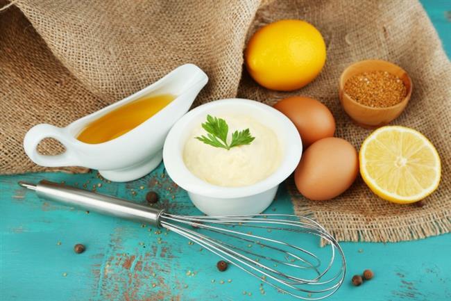 Ev Yapımı Mayonez İçin Malzemeler  2 yumurta sarısı 2 tatlı kaşığı ev yapımı elma sirkesi 1 tatlı kaşığı limon suyu 1 tutam himalaya tuzu 1 su bardağı riviera zeytinyağı  Hazırlanışı:  Tüm malzemeler oda sıcaklığında olmalı. Önce, bir blender yardımı ile yumurta sarılarını limon suyu, tuz ve sirke ile çırpın. Daha sonrasında zeytin yağını damla damla ilave edin ve sürekli karıştırmaya devam edin. Yağ ve yumurta katılaşmaya başlayacak. Azar azar yağı eklemeye devam edin. Mayoneziniz hazır.