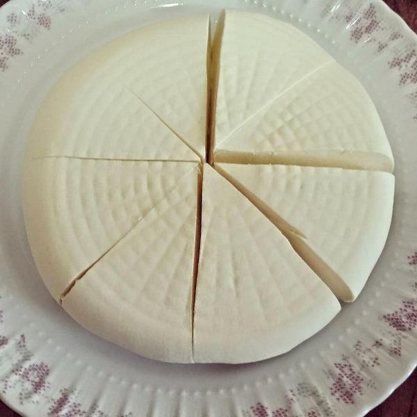 Beyaz Peynir Yapımı İçin Malzemeler  2 kg süt, 1 tane limon, 2 çay kaşığı tuz.  Hazırlanışı:  Sütü tencereye alalım. Taşırmadan 5 dakika kaynatalım. Kaynayınca sütün içerisine 2 çay kaşığı tuz atalım.1 tane limonu sıkalım. Kaynayan sütün içerisine limon suyunu dökelim ve 5 dakika daha kaynatalım. Bu 5 dakika içerisinde arada bir sütü karıştıralım.Beyaz bezden bir torbayı süzgeçin içerisine oturtalım. Kesilmiş olan sütü bez torbanın içerisine dökelim. Torbanın ucundan tutup kaldırarak peynirin suyunu süzelim.  Sonra bez torbanın ağzını bağlayalım ve süzgeçin içinde 3-4 saat iyice süzülmesi için bırakalım. Suyu süzülen peyniri torbadan alıp saklama kabına  koyalım ve buzdolabında 1 gece bekletelim.