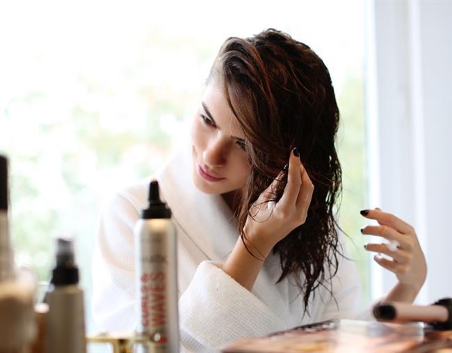 SAÇ SPREYİ   Güneş ışınlarına maruz kalmak ve koruyucu bakımlar yapmamak saç renginize zarar vermektedir. Bu yüzden özellikle yaz aylarında içeriğinde SPF bulunan saç ürünlerini tercih etmelisiniz. Bu ürünler saçlarınızı güneşin zararlı ışınlarından koruyarak saç renginizi korumaya yardımcı olacaktır.