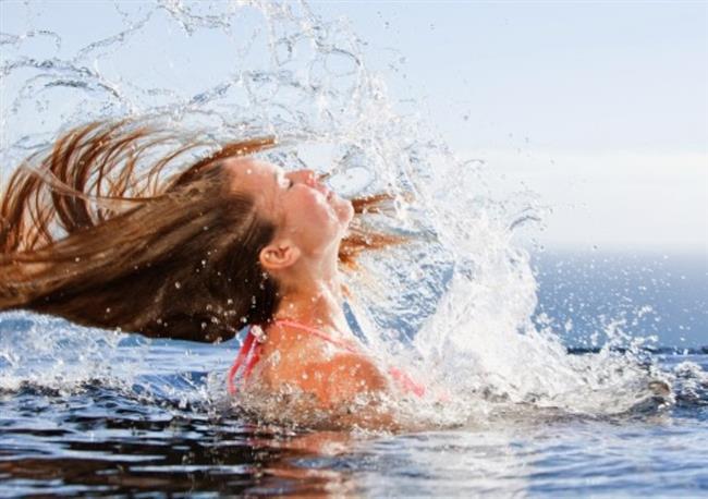 HAVUZ SUYU   Yaz aylarında saç renginizi korumak için dikkat etmeniz gereken bir diğer önemli şeyde havuz suyudur. Havuz suyunun içinde bulunan klor saçlarınıza zarar vermekte ve renginin akmasına sebep olmaktadır. Bu yüzden koruyu kremlerle saçlarınızı desteklemelisiniz.
