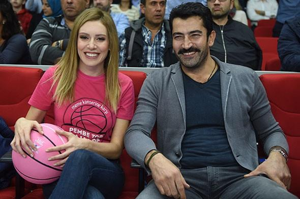 Sinem Kobal, karşılaşmayı izlemeye eşi Kenan İmirzalıoğlu ile geldi.