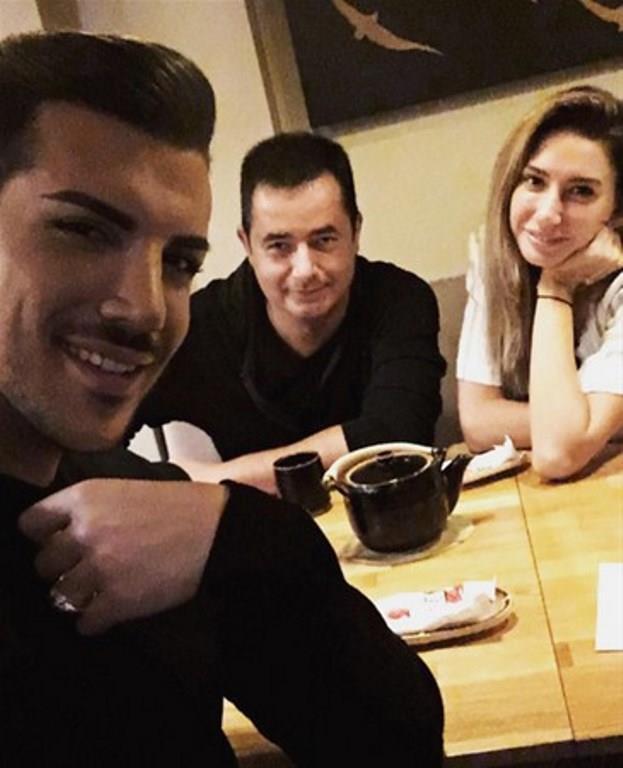 Geçtiğimiz Cumartesi günü yemekte buluşan ekibin Survivor için Kerimcan Durmaz ile yakından ilgilendiğini iddia etti. Bu anları sayfasından paylaşan Kerimcan Durmaz'ın fotoğrafını yoruma kapatması da dikkatlerden kaçmadı. Sosyal medyada bu fotoğrafın ardından birçok yorum atıldı. Bunlardan bazıları da Kerimcan Durmaz'ın Survivor 2017 kadrosuna katılmasına yönelik oldu.
