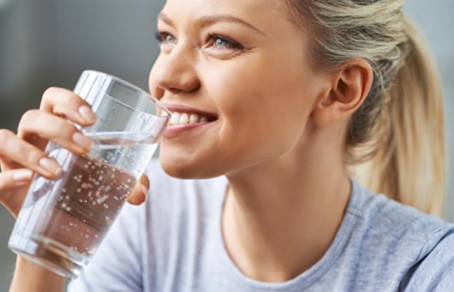 Yudum Yudum Su İçin  Üst solunum yolu enfeksiyonları nedeniyle oluşan burun akıntısı, boğazı tahriş ederek öksürüğe neden olabilir. Su, bu akıntıyı incelterek boğazın tahriş olmasını önleyebilir veya hafifletebilir. Bol su içmek ayrıca boğazın daha nemli kalmasına yardımcı olarak öksürüğün hafiflemesini sağlar. Bunların yanı sıra üst solunum yolu enfeksiyonu nedeniyle artmış olan vücudun sıvı ihtiyacının karşılanmasına da yardımcı olur. Günde en az 2 litre su içmeyi ihmal etmeyin. Vücudun, her damla suyu sizin lehinize kullanabilmesi için de suyu mutlaka yavaş yavaş ve yudum yudum içmeniz gerekir. Çünkü kafanıza dikerek ayakta içtiğiniz su midenize girmeyeceği için doğrudan böbreklere gider ve 15-20 dakika sonra vücuttan idrarla atılır.