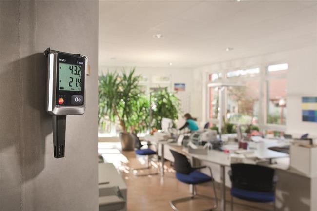Odanızın Nem Düzeyini Ayarlayın  Evdeki kuru hava solunum yollarını kurutarak öksürüğü artırabilen önemli bir faktör. Evin nem seviyesini ideal duruma getirmek için nem giderici cihazlar ya da klima kullanın. Evdeki nem düzeyinin yüzde 30-50 arasında olmasına dikkat edin. Ancak nemlendirici cihazları uzun süre kullanmaktan kaçının. Ayrıca odanızı her gün havalandırmayı da ihmal etmeyin.