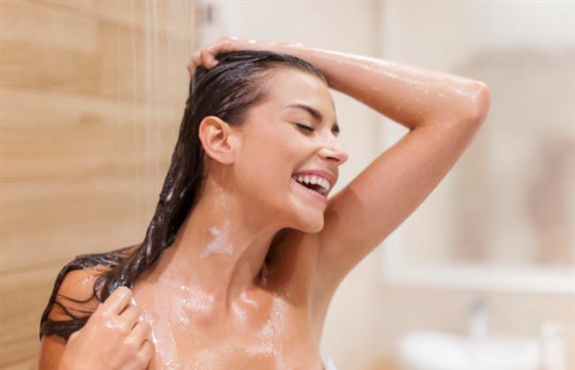 Sıcak Bir Duş Alın  Sıcak duş burundaki salgıları hafifleterek öksürüğü azaltmaya yardımcı olur. Sıcak banyodaki buhar ayrıca alerji ve astımdan kaynaklanan öksürüğe de iyi gelir.