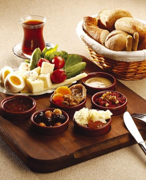 Semizotu Diyeti Nasıl Yapılır?  ( Kahvaltı her gün aynı olacaktır.)  30 gr peynir 5 adet zeytin Domates, salatalık Açık çay ya da 1 bardak domates suyu 1 dilim kepek ekmeği