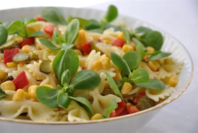 PAZAR  Öğle: İsteğe bağlı olarak haşlanmış semizotu koyabilirsiniz, kepekli krep Akşam: Sebzeli makarna ve 1 ayran