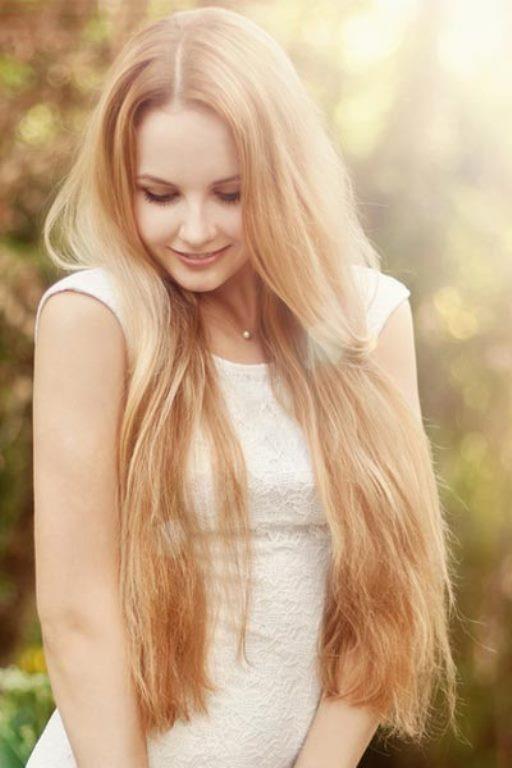 6-Ekstra Uzun Saçlar  Canlı, dümdüz ve upuzun saçlar bu sezon geçtiğimiz son birkaç yılın aksine çok trend.Son yıllarda uzun saç demode olmuşken, bu yıl tam aksine fazlasıyla uzun saçlar tekrar moda oldu.  Saçlarınızı kestirmeyi düşünüyorsanız,bu kararınızdan vazgeçin pişman olabilirsiniz.