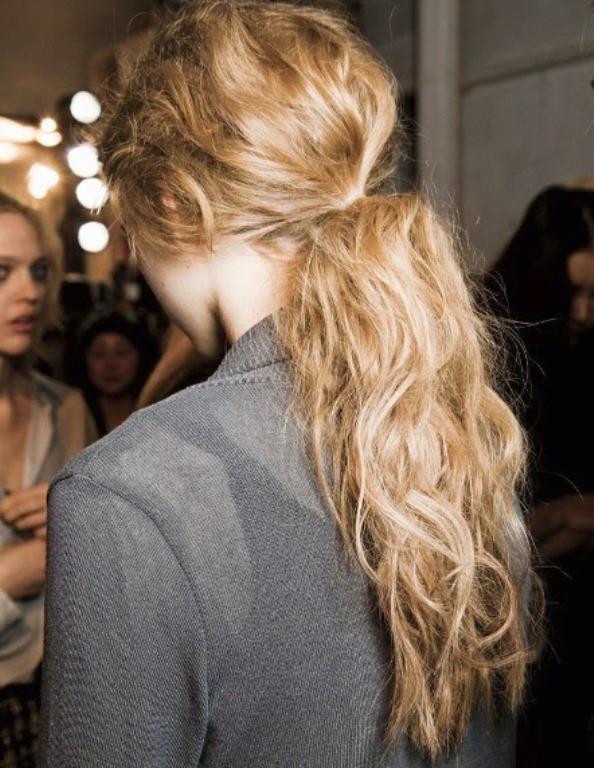 """2-Düşük At Kuyruğu Saçlar  Düşük at kuyruğu saç modelleri kadınlar için en ideal ve kolay yapılan saç modelleri arasında yer alıyor. Günlük ve sokak tarzına sahip olan düşük at kuyruğu saç modeli sizi oldukça zarif ve şık  bir görünüme sokacaktır.  <a href=  http://mahmure.hurriyet.com.tr/foto/guzellik/5-yas-genc-gosterecek-sac-tuyolari_41105     style=""""color:red; font:bold 11pt arial; text-decoration:none;""""  target=""""_blank"""">  5 Yaş Genç Gösterecek Saç Tüyoları İçin Tıklayınız!"""