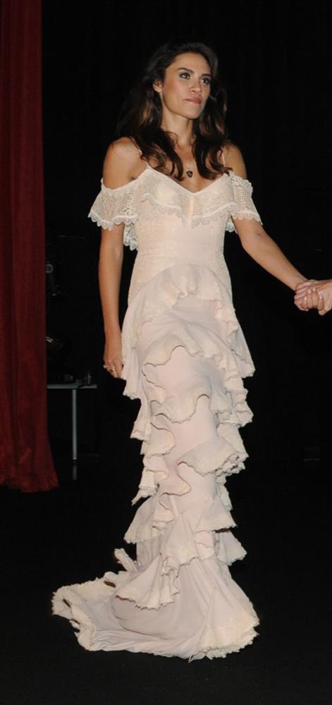 Şükran Ovalı, Zeynep Tosun tasarımı elbisesiyle geceye katıldı.