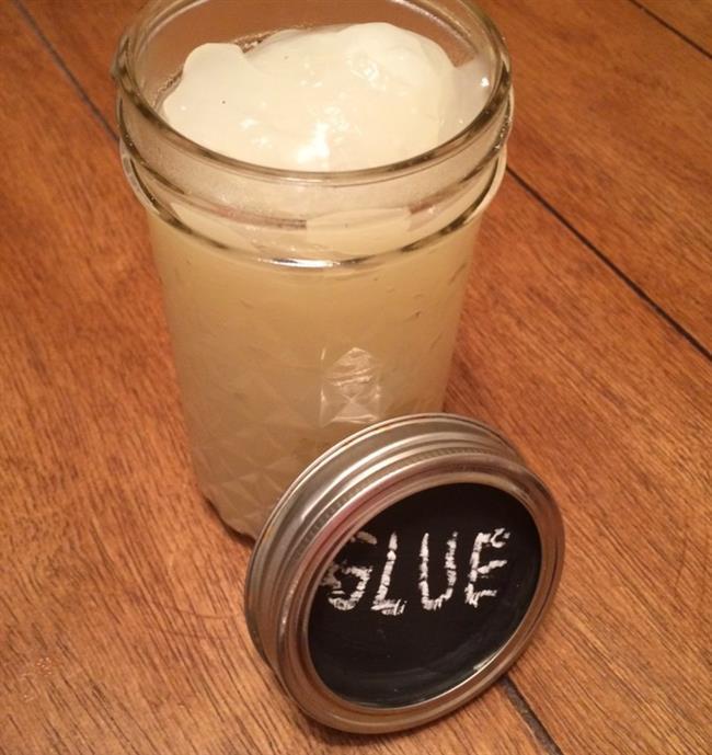 Tutkal  1 çay bardağı az yağlı inek sütü  1 tatlı kaşığı sirke   1 çay kaşığı karbonat veya toz  Sütü ısıtıp, kaynmaydan hemen önce sirkeyi ekleyin, süt kesilmeye başlayınca (yani parça parça olunca) bu karışlımı bir filtreden ya da tülbentten süzüp elinizde kalan yumuşak süt parçalarını (aslında bir nevi çökelek) bir çay kaşığı karbonatla karıştırın ve tutkal kıvamına gelinceye kadar azar azar su ekleyin. Karbonat yerşne kireçle yaparsanız daha güçlü bir tutkal elde edebilirsiniz.  Kaynak: Zehirsiz Ev