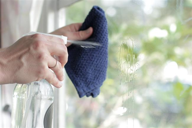 Cam - Ayna Temizleyici  Yarım litre sirke  Yarım litre su  Bir kaç damla arap sabunu  Sirke, su ve arap sabununu (ya da bitkisel bir sabunu) püskürtücü bir kaba koyarak, pamuklu bezle camları temizleyebilirsiniz.