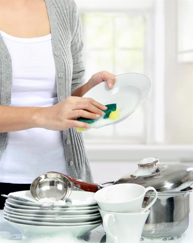 """Bulaşık Deterjanı  1 bardak kaynar su     1 bardak zeytinyağlı sabun tozu  1 yemek kaşığı boraks  1 yemek kaşığı karbonat  Jel kıvamına gelinceye kadar malzemeleri karıştırıp bulaşık süngeri ile kullanılabilir.  <a href= http://mahmure.hurriyet.com.tr/foto/yasam/katki-maddesiz-ev-yapimi-10-yiyecek_41216  style=""""color:red; font:bold 11pt arial; text-decoration:none;""""  target=""""_blank""""> Katkı Maddesiz Ev Yapımı 10 Yiyeceği Görmek İçin Tıklayın!"""