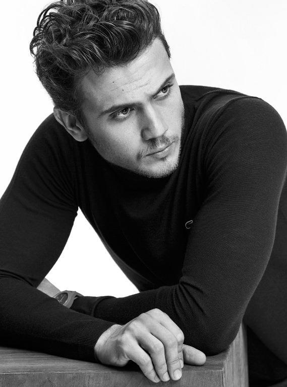 Aras Bulut İynemli  25 Ağustos 1990'da İstanbul'da doğdu.