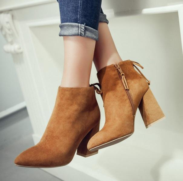 Blok Topuk  Kalın topuklu olması sebebiyle günlük kullanıma uygun olan ayakkabı modeli.