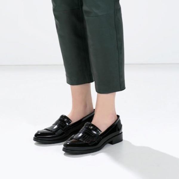"""Loafer  Timberland ya da mokasen olarak bilinen bağcıksız ayakkabı modeli.  <a href=  http://mahmure.hurriyet.com.tr/foto/moda/loafer-ayakkabi-modelleri_41221  style=""""color:red; font:bold 11pt arial; text-decoration:none;""""  target=""""_blank""""> Loafer Ayakkabı Modelleri İçin Tıklayınız"""