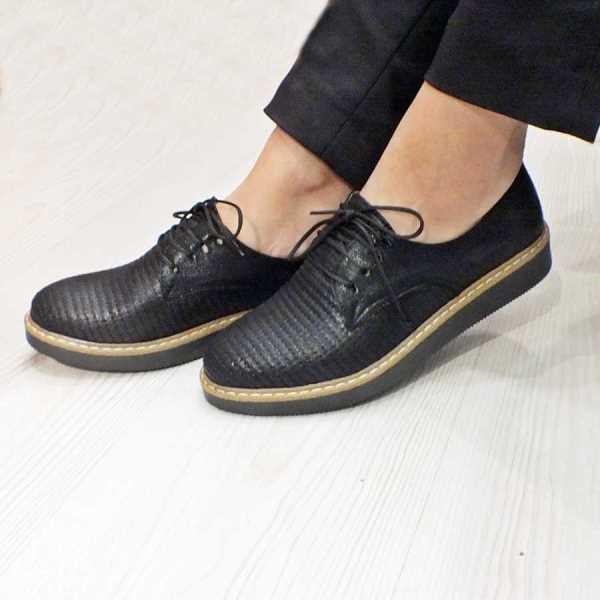 Oxford  Klasik erkek ayakkabı modellerine benzeyen bağcıklı, düz tabanlı veya topuklu çeşitleri bulunan son trend ayakkabı modeli.