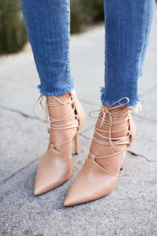 Lace Up  Bağcıklı bileği saran ayakkabı modeli.