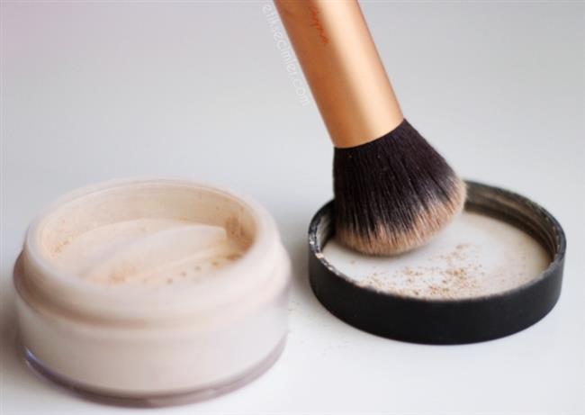 Eyeliner çabuk dağılıyorsa alt kirpiğinizin hemen altına pudra sürebilirsiniz. Bu sayede eyelinerın hareket etmesini büyük oranda önleyecektir.