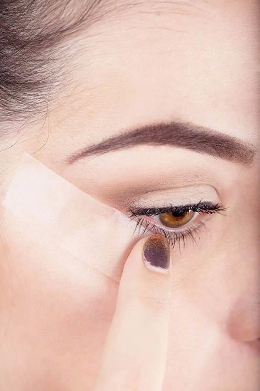 """""""Kedi gözü"""" gibi gözler istiyorsanız eyeliner veya far sürmeden önce kolay çıkarabileceğiniz bir parça bant yapıştırın. İşiniz bittikten sonra yavaşça çıkarın.  <a href=  http://mahmure.hurriyet.com.tr/foto/guzellik/evde-rahatlikla-hazirlayabileceginiz-dogal-yuz-mas_42737  style=""""color:red; font:bold 11pt arial; text-decoration:none;""""  target=""""_blank"""">EVDE RAHATLIKLA YAPABİLECEĞİNİZ DOĞAL MASKELER"""