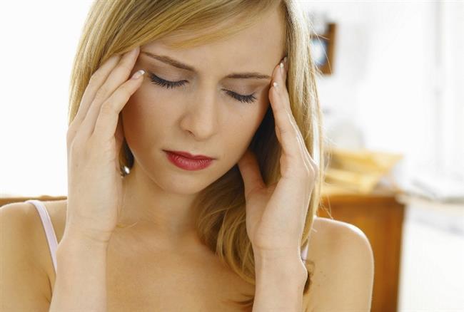 """Migrene Bağlı Baş Dönmesi   Migren toplumumuzda sık görülen bir hastalık. Bu gruba giren hastaların pek çoğunda çok uzun süreler standart ilacın verilmiş ve fayda sağlamamış olduğunu gördüklerini belirten Prof. Dr. Haluk Özkarakaş """"Tarafımızdan hastanın uygulayabilirliği düşünülerek hazırlanmış olan migrenliler için yemek listesi önerisi tedavide başarının artmasında katkı sağlamaktadır. Çeşitli ilaçları da ek olarak kullanmaktayız"""" diyor."""
