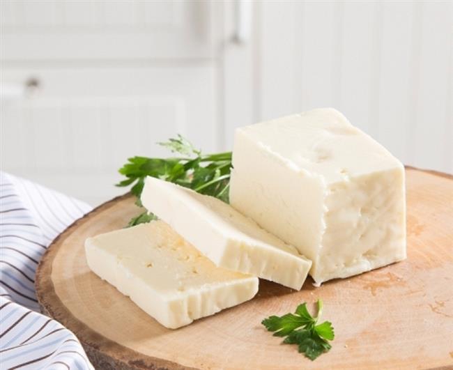 PEYNİR VE TARÇIN TÜKETİN  Öğün sonrası ağız içerisindeki asidik ortamı bazik hale çevirecek peynir vb ürünler tüketin. Bu hem ağız kokusunun önlenmesinde hem de çürük oluşumun önlenmesinde önemli rol oynar.