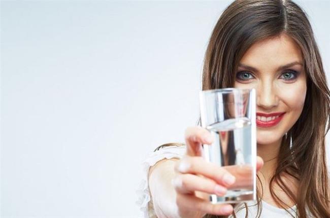 DAHA FAZLA SU İÇİN  Özellikle yaşla artan vücut kuruması pek çok yönden dikkat edilmesi gereken bir durumdur. Çok su içmek onlarca diğer yararının yanında dilinizin kurumasını da önleyerek ağız kokusu ile mücadelede önemli bir silah olarak kullanılabilir.