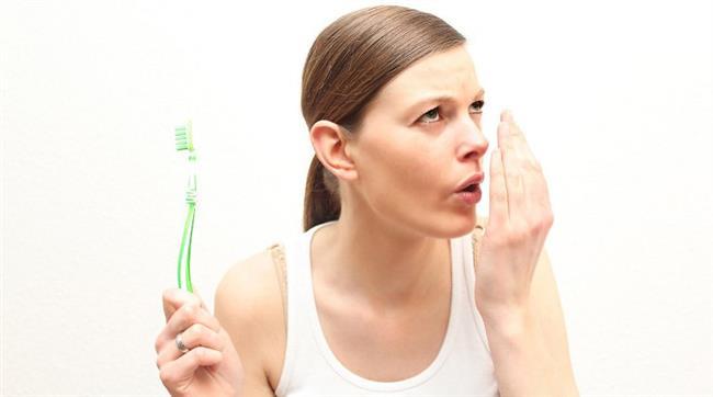 En büyük sorununuz ağız kokusu ve çevrenizden uzak mı duruyorsunuz?   Birçok insanın sorunu olan ağız kokusu, kişinin hem kendisini hem de çevresini rahatsız eden bir durum. Anadolu Sağlık Merkezi Diş Hekimi Alper Çıldır, ağız kokusunu yenmek için diş sağlığınıza ve yediklerinize dikkat etmeniz gerektiğini vurguluyor.