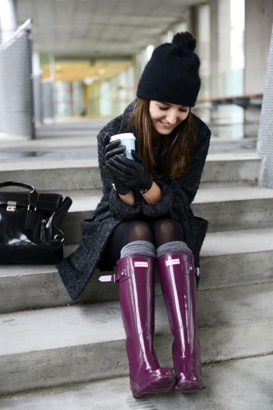Yağmur geçirmeyen bir çift ayakkabı ayaklarınızın yağmurla mücadelesi için olmazsa olmaz bir etken. Yağmurlu havaların gri atmosferine renkli yağmur botlarınızla renk katabilirsiniz, seçim sizin.