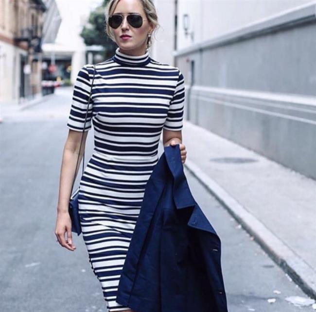Hareketlilik katmak adına giyilen çizgili sade bir elbise, yağmurlu bir günde tercih edebileceğiniz oldukça başarılı bir kombin. Bu seçiminizle sadelik ve şıklığı oldukça başarılı bir biçimde birleştirebilirsiniz.