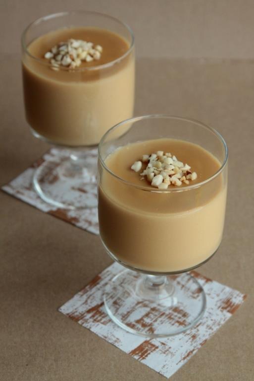 Pekmezli Muhallebi   Malzemeler  1 litre süt, 4 yemek kaşığı un, 2 yemek kaşığı mısır nişastası, Yarım çay bardağı toz şeker, 2/3 çay bardağı kuru üzüm, 1 çay bardağı pekmez, 1 paket vanilya,-Üzeri için,Kakao,Ceviz içi  Hazırlanışı  Süt, un, nişasta, şeker ve vanilyayı bir tencereye alın. Süt ve pekmezi ekleyip pürüzsüz hale gelinceye kadar çırpın. Orta ateşte sürekli karıştırarak koyulaşıncaya kadar pişirin. Kısık ateşe alıp 2-3 dakika kaynatın ve ocaktan alıp mikserle çırpın. Kuru üzümleri ekleyip karıştırın. Muhallebiyi kaselere paylaştırın. Oda sıcaklığına gelince üzerine kakao serpiştirip cevizle süsleyin ve servis yapıncaya kadar buzdolabında bekletin.