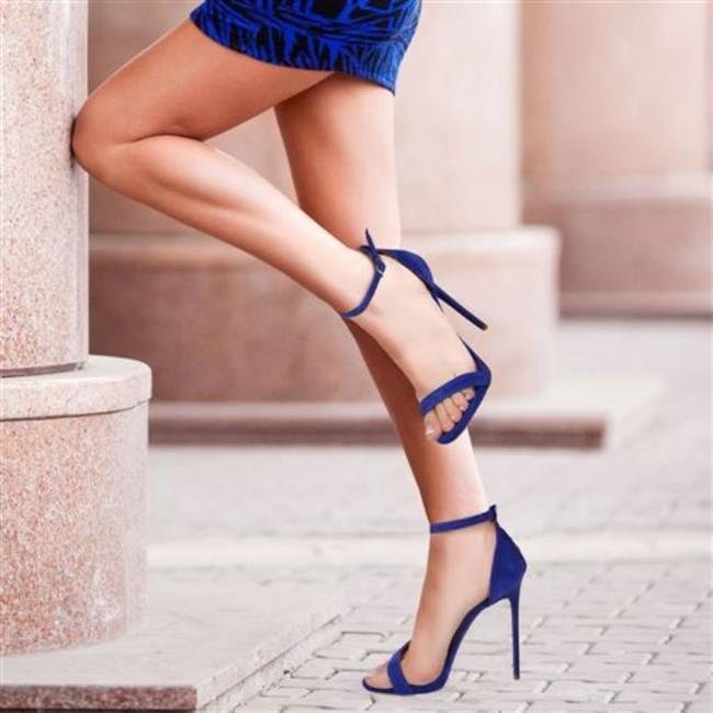 20. Her Gün Topuklu Giymek  Çekici bir görünüm kattığına itirazımız yok ama her gün topuklu giyerek niye kendinize işkence edesiniz ki? Topuklu olmayıp, çok güzel olan ayakkabılar da var. Onları da düşünün.