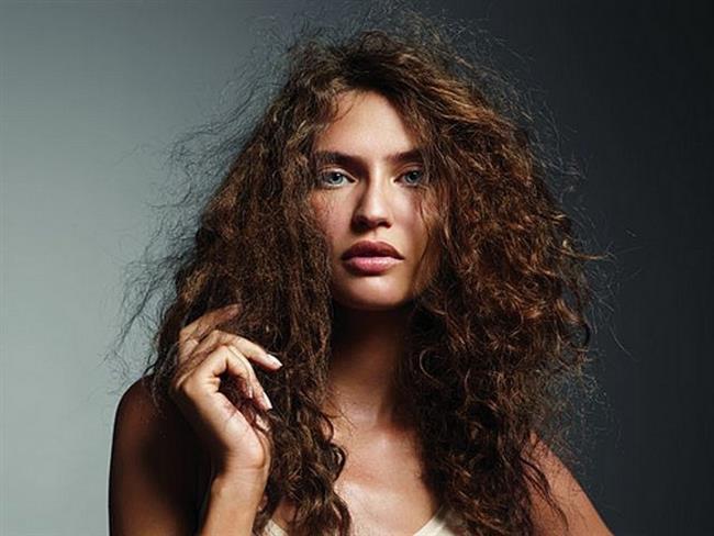 3. Gliserin Ve Su;   Ne kadar bakım yapılırsa yapılsın; bakımsız gibi gözükür. Saç daima dolaşık ve taranmamış gibidir. Bunun önüne geçebilmek için; saçlar gliserin ve su karışımından oluşan bir kür sprey yardımı ile sıkılmalıdır. Gliserin ve su karışımı saçların yumuşamasını sağlayarak, yatıştırır, bu da saçların daha az kabarmasına yardımcı olur.