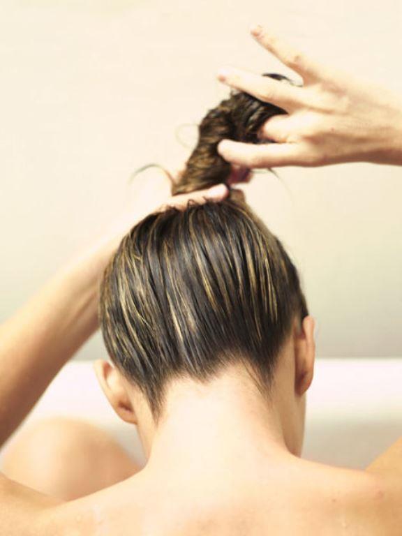 5. Tepede Topuz Yapmak;   Kabarık saçlar; saç kurutma makinesi ile taranmamalıdır. Saç kurutma makinesi saçların daha fazla kabarmasına neden olur. Saçlar doğal haline bırakılarak kurutulmalıdır. Yıkadıktan sonra hafif nemli haldeyken; tepede topuz yaparsanız, kabaran saçların önüne geçmiş olursunuz.
