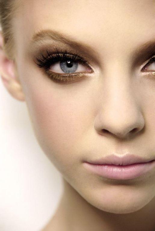 """4- Göz Pınarı   Gözlerin iç kenarlarına ışıltı ekleyin. Gözleri büyük göstermenin ve onlara parlaklık kazandırmanın en etkili yöntemlerinden biri, gözlerinizin iç köşelerine hafif yansımalı parlak bir far uygulamaktır. Gümüş ışıltılı krem ya da toz farı gözlerinizin iç köşelerine hafif dokunuşlarla uygulamalısınız.  <a href=  http://mahmure.hurriyet.com.tr/foto/guzellik/sik-yapilan-makyaj-hatalarini-duzeltmenin-17-yolu_41107 style=""""color:red; font:bold 11pt arial; text-decoration:none;""""  target=""""_blank"""">  Sık Yapılan Makyaj Hatalarını Düzeltmenin 17 Yolu İçin Tıklayın!"""