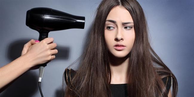 10. hata: Saçınız tamamen kurumadan maşa kullanmak  Bazen saçınıza maşa uygulamaya başladığınızda yanma sesi çıkardığını duyabilrsiniz. Bunun nedeni banyodan çıktıktan sonra saçlarınızı tam olarak kurutmamaktır. Saçlarınızı yıkadıktan sonra ısıya karşı koruma sağlayan bir ürün sürün ve saç kurutma makinesiyle kurutun. Daha sonra saç maşası kullanmaya geçmeden saç spreyi uygulayın.