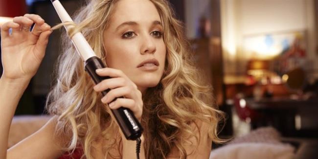 8. hata: Saçlarınızı aynı yönde sarmak  Eğer bütün saç öbeklerini aynı yöne doğru sararsanız sıkı dalgalara sahip retro bir görünüm elde edersiniz. Dağınık ve doğal bir görünüm isterseniz her öbeği farklı yöne doğru sarmalısınız.