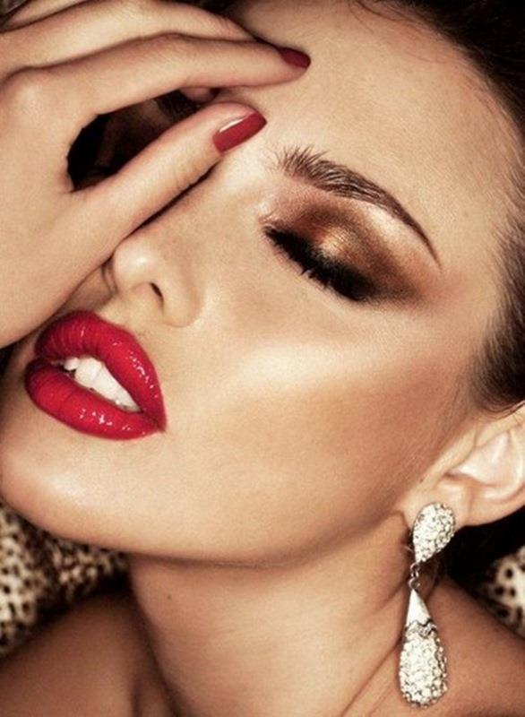 Her makyaj mutlaka ruju hak eder. Makyajımızı bitirmeden mutlaka uygun renkli bir ruj ve dudak kalemi ile dudaklarımızı tamamlamalıyız. Dudak kalemi hem dudak hatlarımızı belirginleştirir ve toparlar ruj ise dolgunluğu ve çekici güzelliği verir.