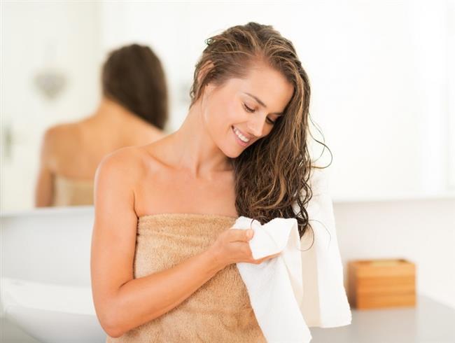 1- Islak Saç ile Uyumak   Yüksek sıcaklıktaki fön makinelerinin saça zarar verdiğini biliyoruz ama saç ıslakken yatmanın saçın daha kolay kırılmasına, yıpranmasına sebep olduğunu biliyor muyuz? Çünkü saç ıslakken çok kırılgandır ve dikkatli olmak gereklidir. Bu yüzden saçlarınızı yüksek ısı ile yine kurutmayın ve kurumadan da yatağa girmemeye çalışın. Diğer yandan hafif nemliyken (kurumaya yakın) gevşek bir örgü veya tepede gevşek bir topuz yapmak, yastığa sürtünme sebebiyle oluşacak kırıkları önleyecektir.