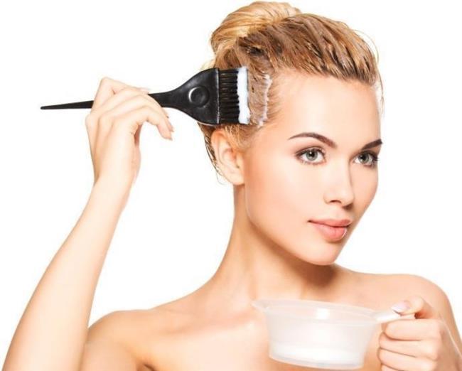 10- Keskin Renk Değişimleri    Sık aralıklarla saç boyası uygulaması ve saç rengini keskin şekilde değiştirmek (Siyah renkten sarıya dönmek, sarı saçı kızıl yapmak sonra siyah yapmak vb) güçlü ve saçı yıpratıcı kimyasal kullanımı gerektirdiği için saça zarar vermektedir.  İdeal olan saçın kendi tonuna yakın renkler kullanmak ve ya keskin renk değişimlerini uzun aralıklarla yapmaktır.  Saçında boya sebebiyle kurumadan şikâyet eden kişilerin ağırlıklı olarak dip boya kullanmaları, saçın tamamını 4-6 ayda bir boyamaları önerilmektedir.  Boyalı saçlarda saç büyük oranda nemini kaybetmektedir. Bu nedenle bakım maskelerinin haftada 1-2 kullanımı faydalıdır.