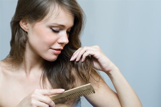 3- Tarak Çeşitleri   Saçınızı sert ince kıllı taraklarla taramak yerine kalın uçlu yumuşak taraklarla tararsanız saçlarınızın dökülmesini ve kırılmasını önlemiş olursunuz.